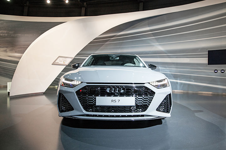 Q2 2,0 TFSI quattro S: Fuel consumption (l/100km): urban 8,1 - 7,9; extra urban 5,5 - 5,1; combined 6,4 - 6,1; CO2-emissions (g/km): 146-139; efficiency class: B Audi R8 Coupé 5.2 FSI V10 plus: Fuel consumption (l/100km): urban 20,0; extra urban 10,0; combined 13,7; CO2-emissions (g/km): 313; efficiency class: G (Photo: Anja Weber)